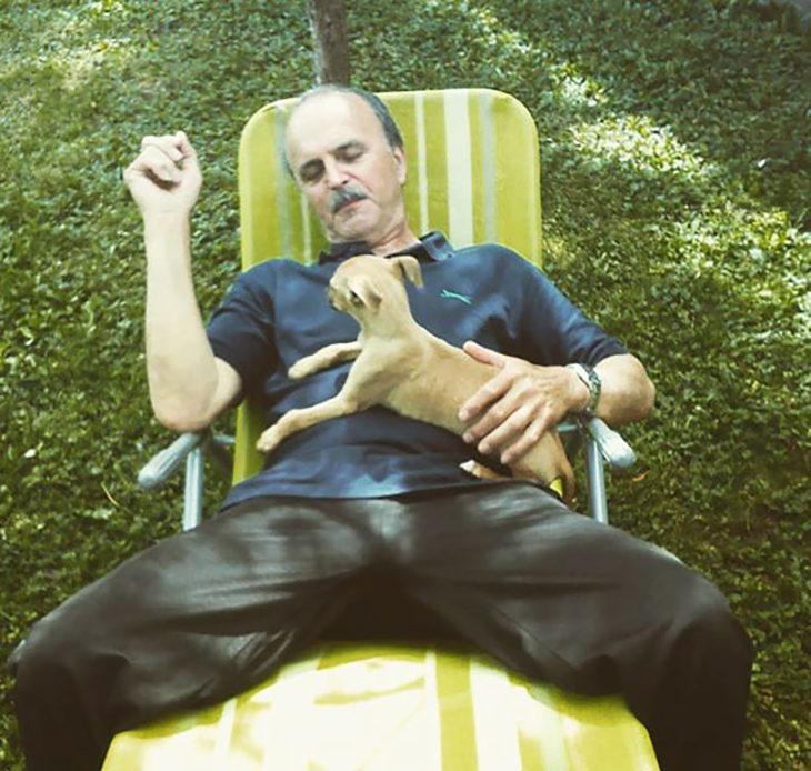 hombre con un perro chihuahua