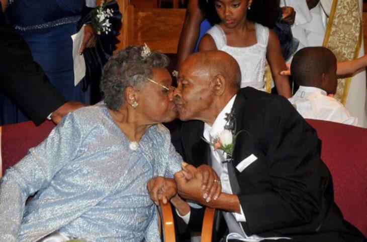 hombre y mujer de la tercera edad se besan