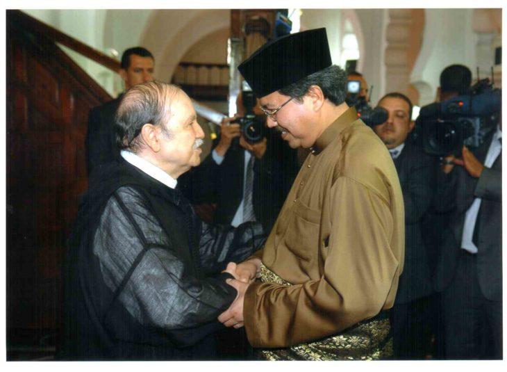 dos hombres saludándose en malasia