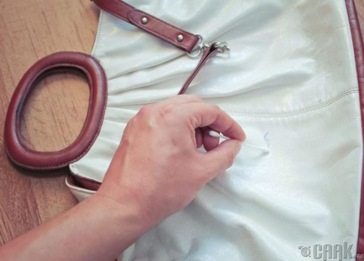 mano limpia bolso con un hisopo