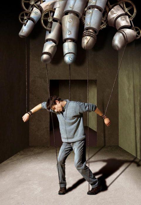 ilustración de un hombre siendo marioneta de una mano mecánica