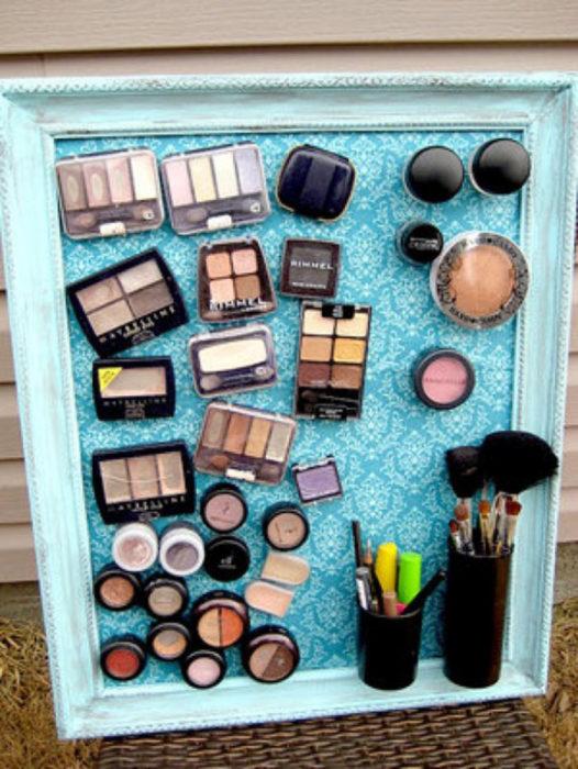 cuadro lleno de maquillaje