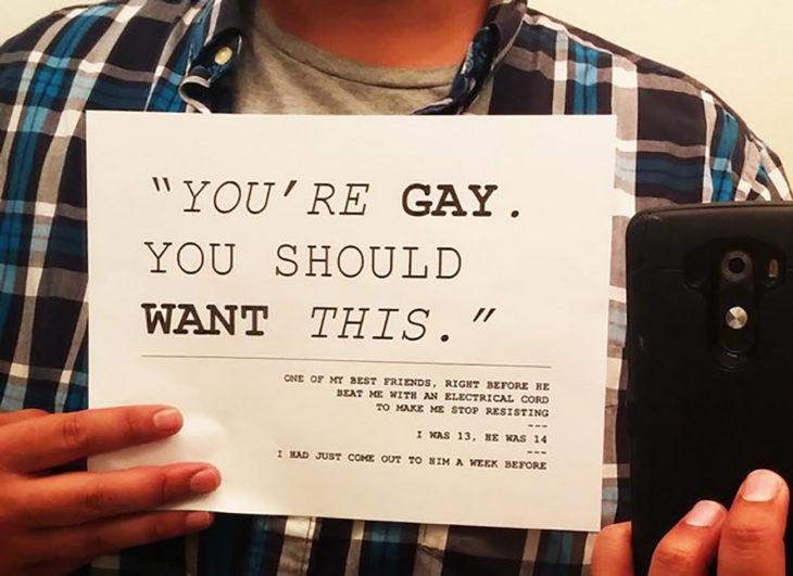 hombre sostiene cartel que cuenta como fue abusado por su amigo