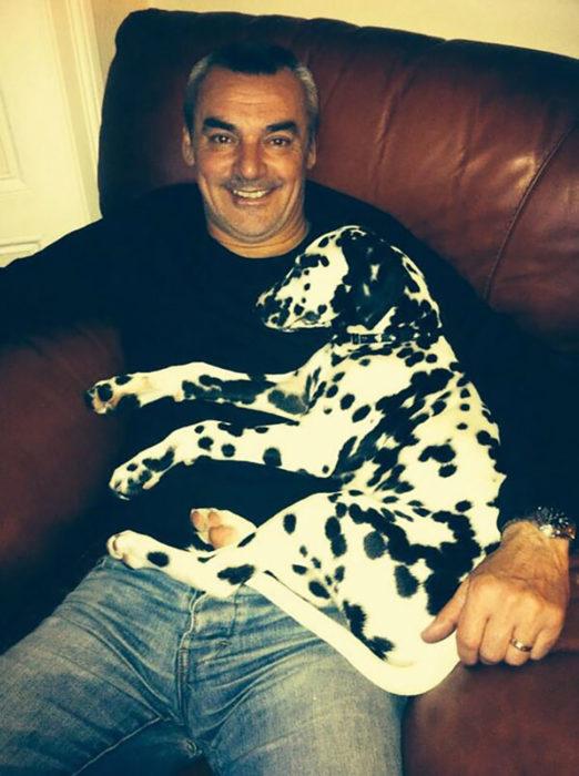 hombre con un perro dálmatA