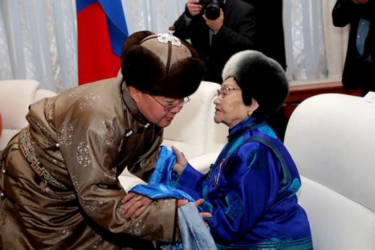 dos mongoles saludándose