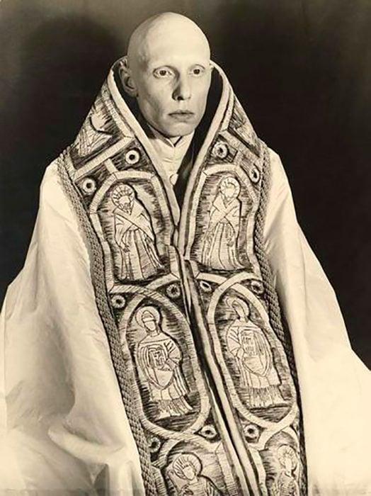 hombre calvo con indumentaria de sacerdote