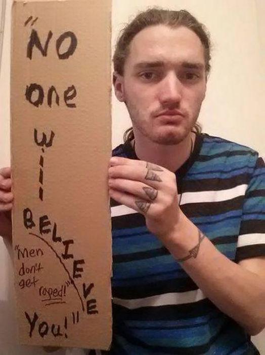 hombre sostiene cartel que dice nadie va a creerte