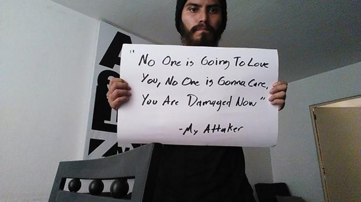 hombre sostiene cartel que dice nadie va a amarte