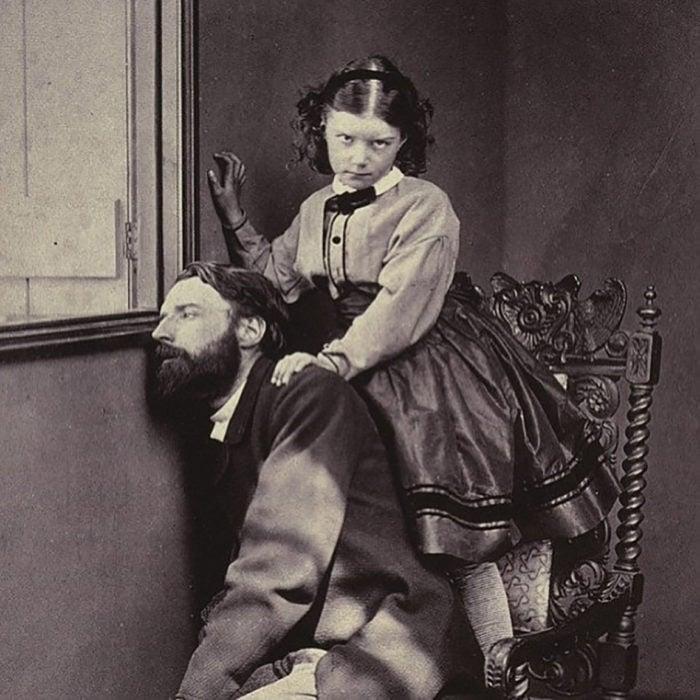 foto antigua de niña con un hombre