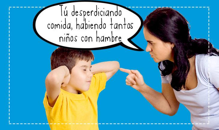 señora regañando a un niño