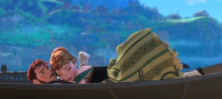 ana y hans abrazados en un bote