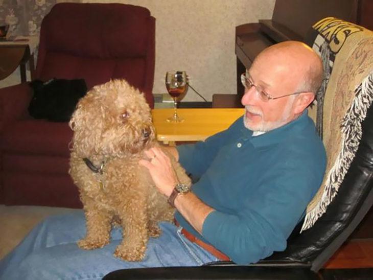 hombre con un perro en su regazo
