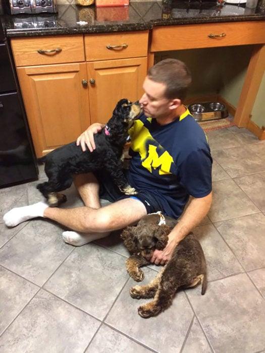 hombre con dos perros