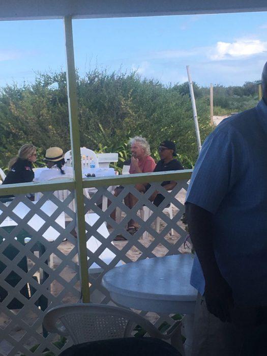 obamas y richard branson en la playa