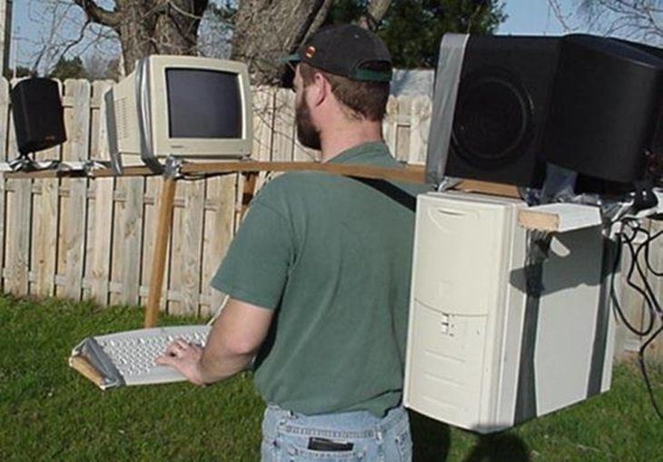 hombre cargando su computadora en un patio