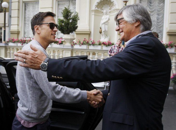 hombres se saludan con palmada en el hombro