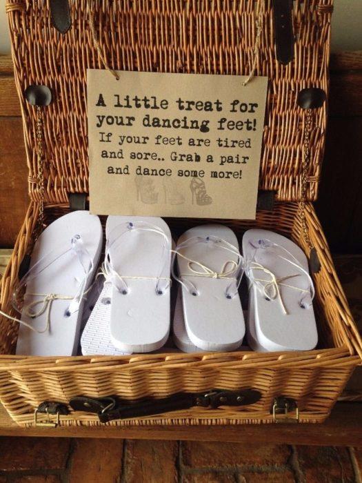 cesto con sandalias blancas