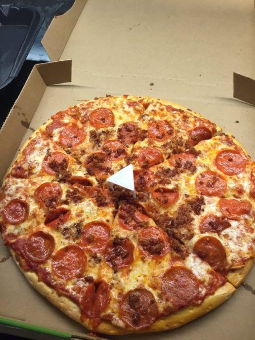 pizza con un triángulo en medio