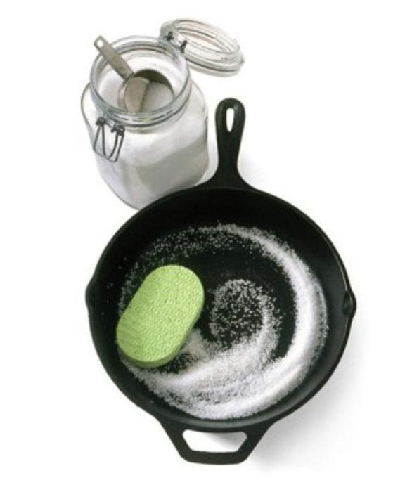 sal para limpiar sarten