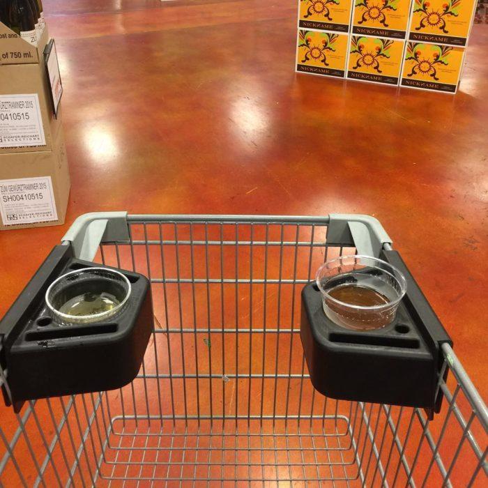 carro de compras con compartimentos para vasos