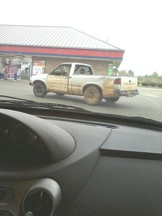 camioneta con puerta de casa