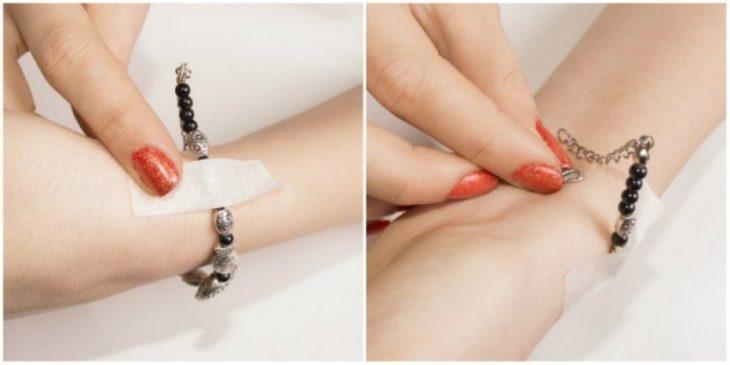 mujer colocándose un brazalete