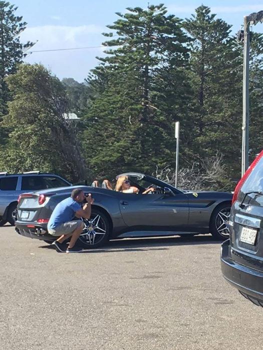 hombre toma foto a mujer en un coche
