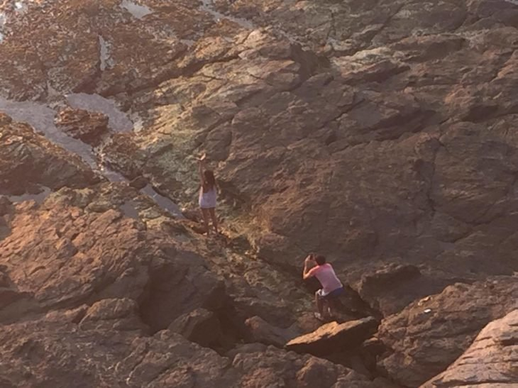 hombre toma foto a mujer en las montañas