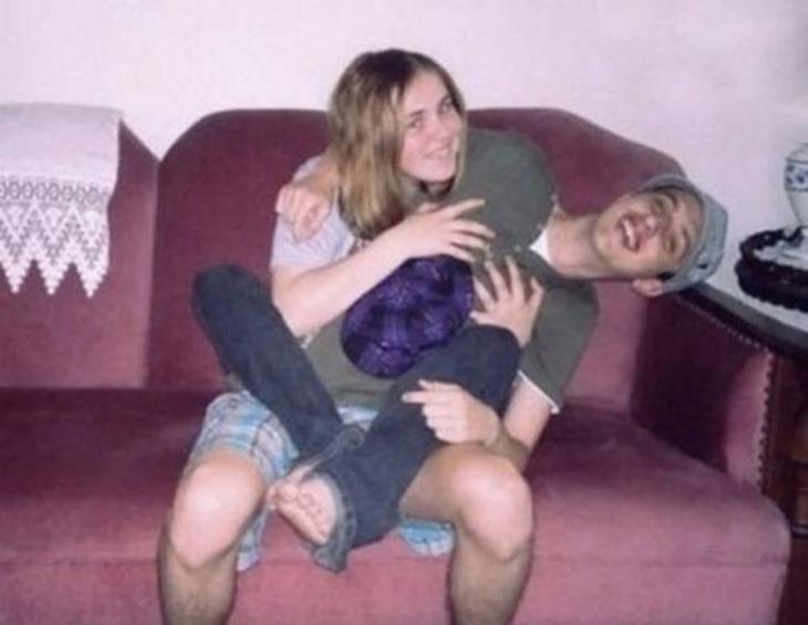 chica y chico acomodados que parece que comparten el mismo cuerpo