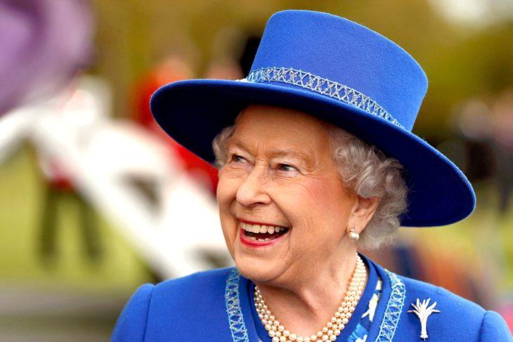 reina elizabeth sonriendo