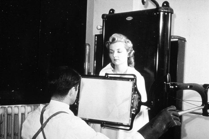 mujer acude a removerse el bello con rayos x