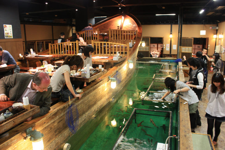 restaurante zauo en el que plas personas pescan su comida