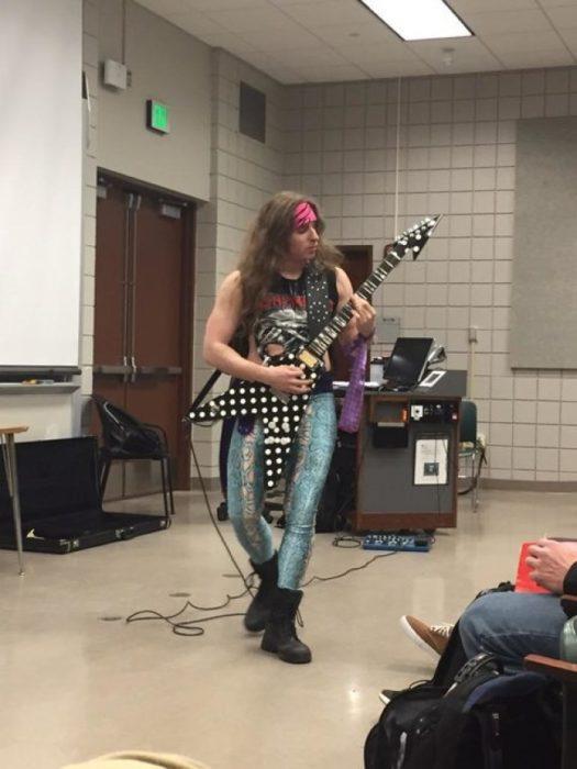 maestro vestido de estrella de rock