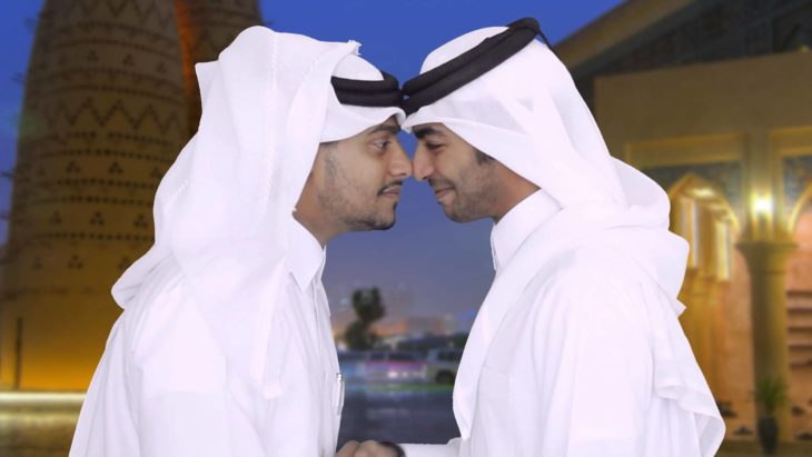 dos árabes se saludan frotando su nariz