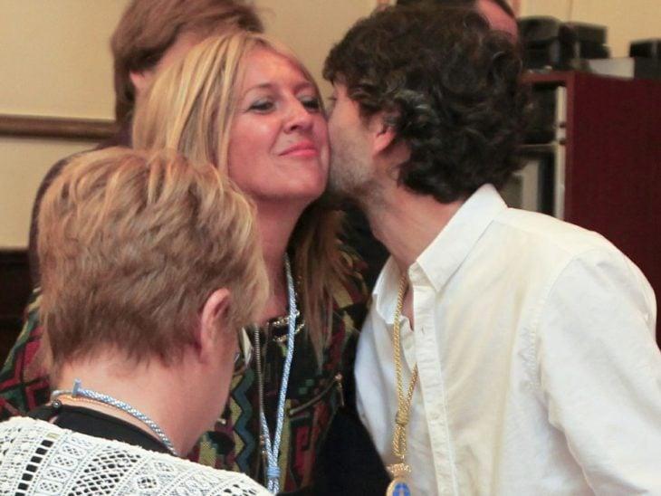 saludo de beso entre dos mujeres
