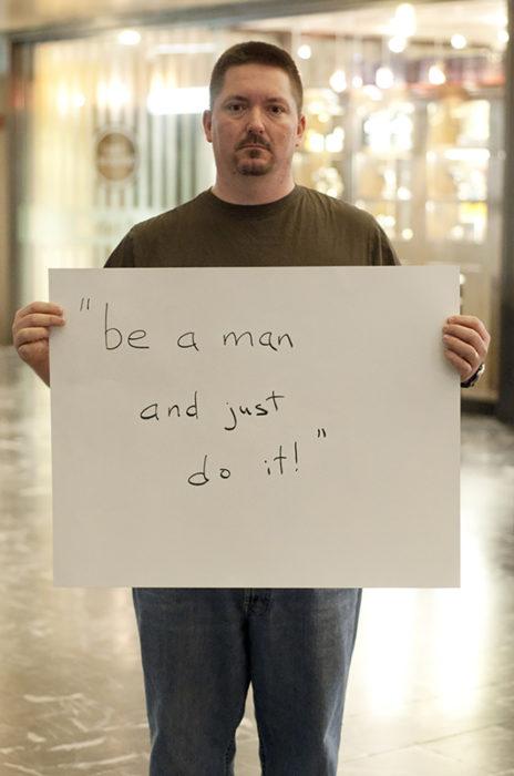 hombre sostiene cartel que dice solo hazlo