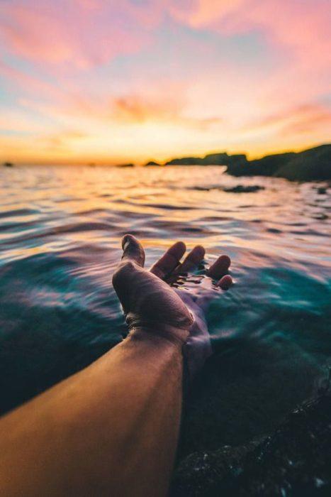 mano en el agua