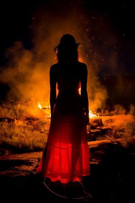 mujer frente a una fogata