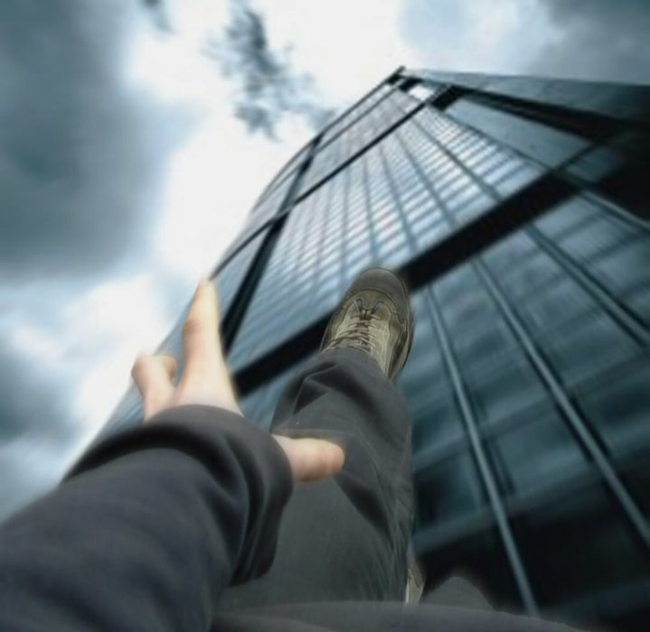 persona cayendo de un edificio