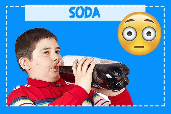 niño obeso tomando refresco