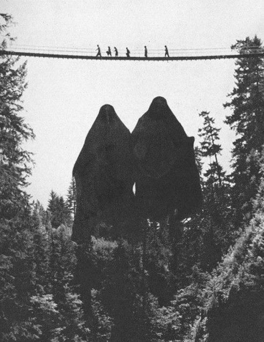 dos personas cubiertas con mantas negras