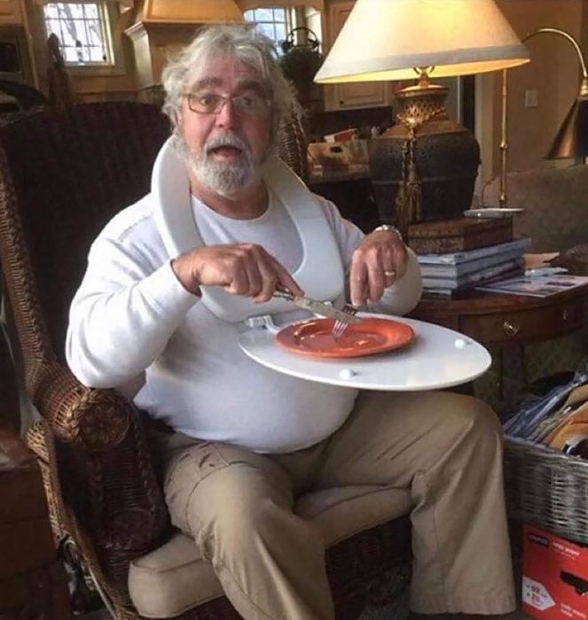 hombre come en la tapa del retrete