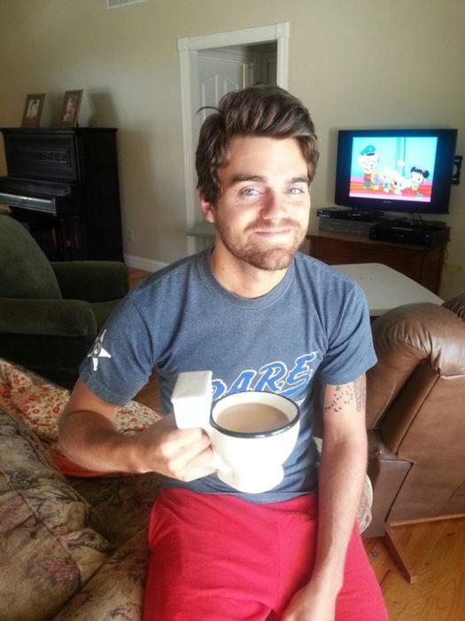 hombre con taza de café en forma de taza de baño