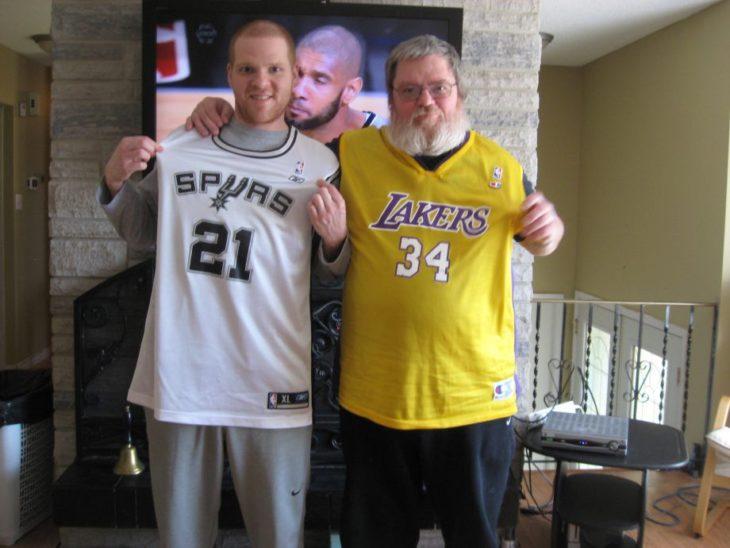 dos hombres mostrando sus camisetas de basketboll