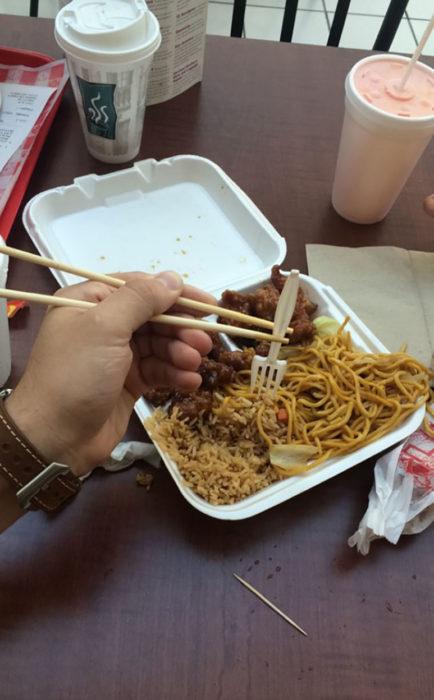 tenedor sostenido con palillos chinos