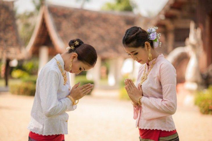 mujeres tailandesas saludándose