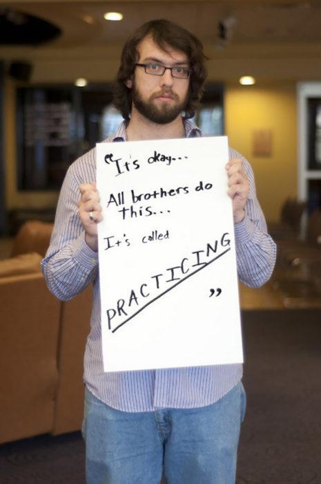 hombre sostiene cartel que cuenta como fue abusado por su hermano