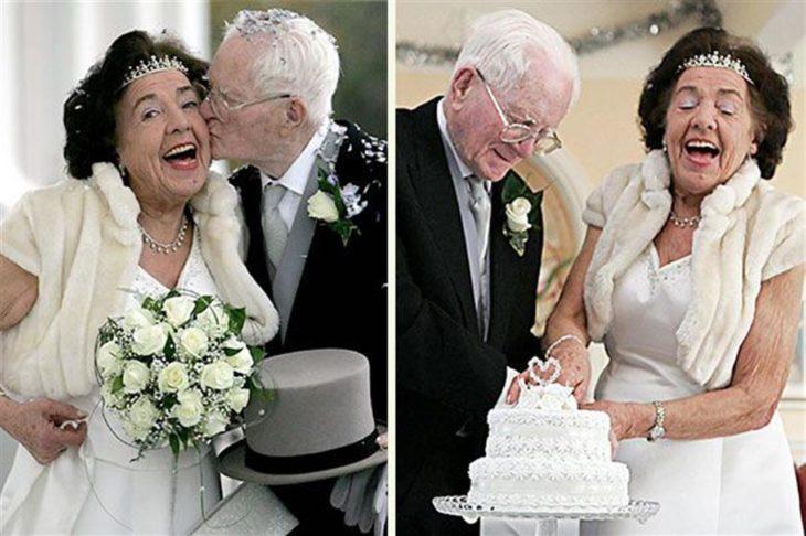 ancianos partiendo su pastel de boda