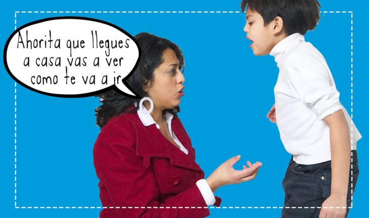mujer regañando a un niño