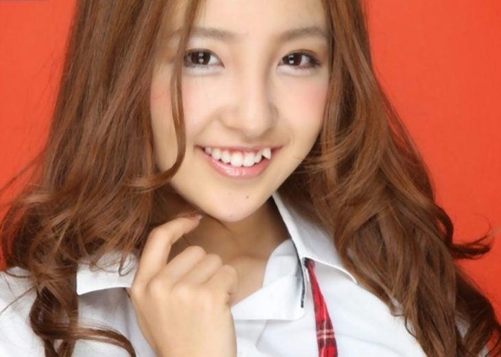 muchacha japonesa con dientes deformes